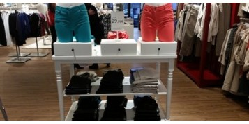 Eclairage de la table d'attaque et entrée d'un magasin de vêtements